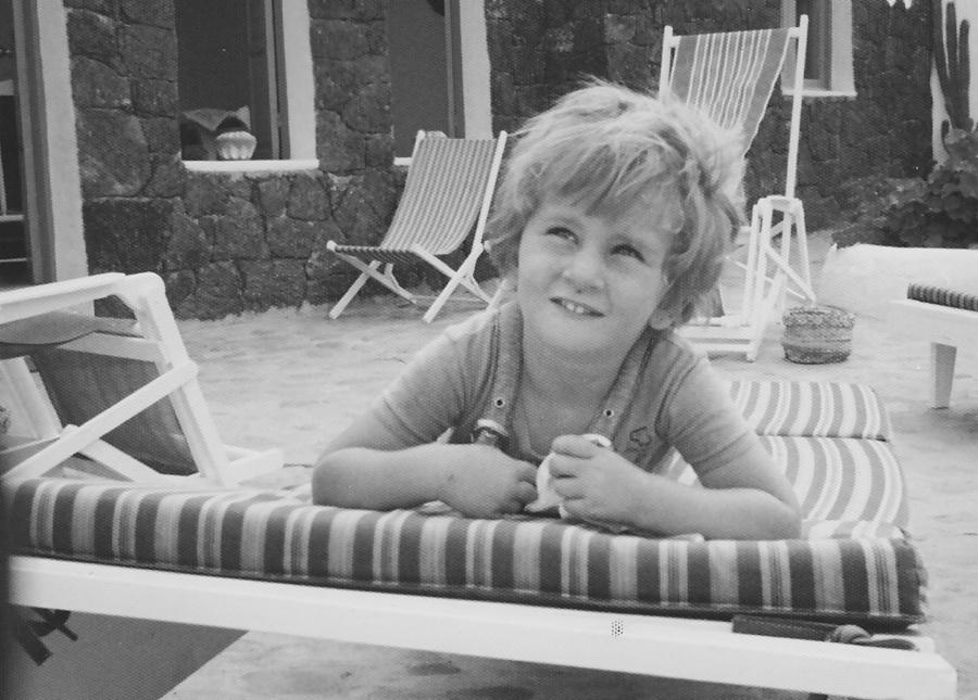 niña en hamaca en blanco y negro